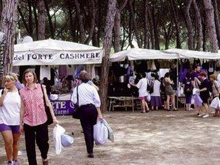 Shopping al mercato del Forte a Forte dei Marmi